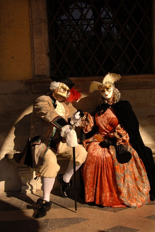Carnival in Venice: how to choose the right mask and wine to toast
