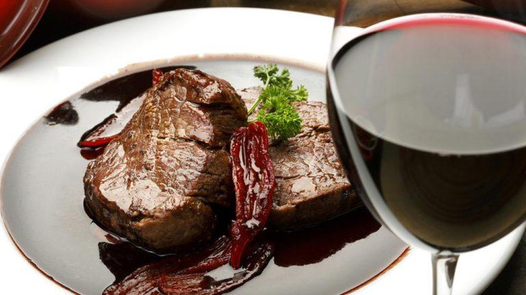 Cucinare con il vino: come preparare 3 deliziose salse al vino per condire i tuoi piatti!