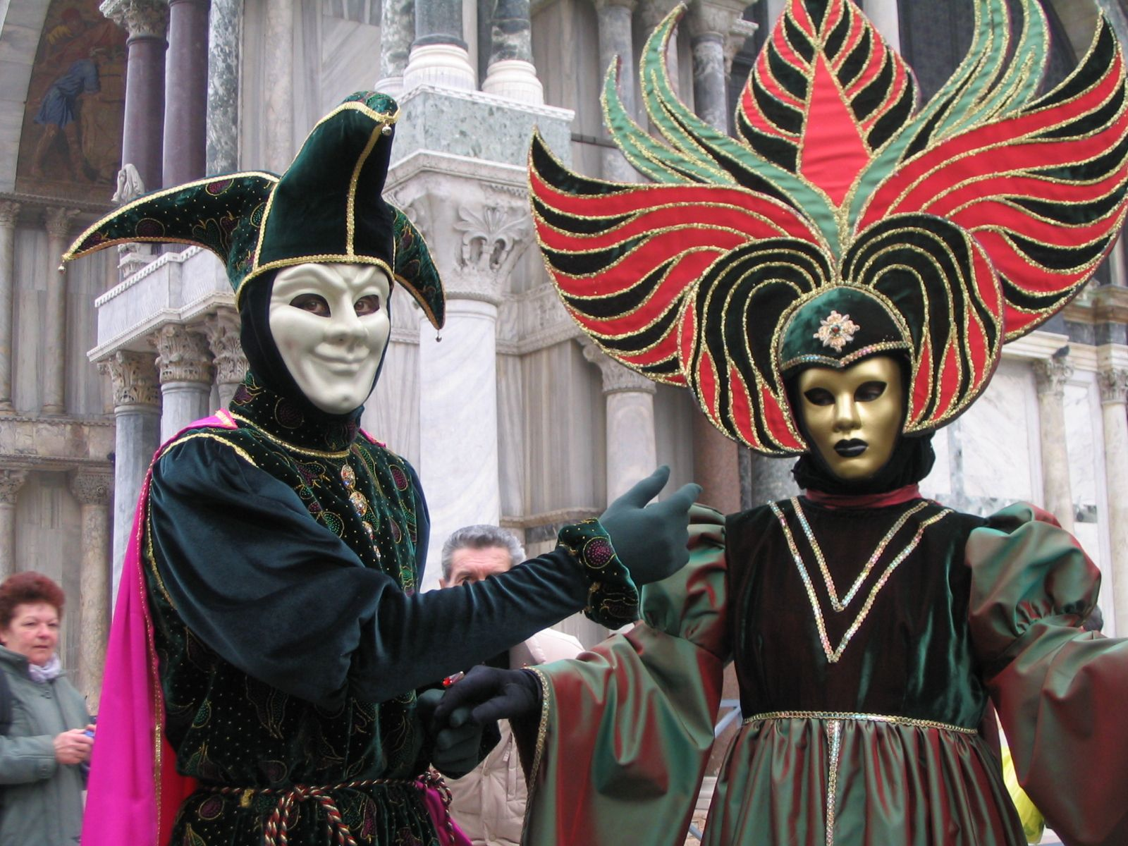 Venice: choose the right mask and wine to toast for Carnival